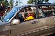 Его Святейшество Далай-лама покидает монастырь Шугсеп по окончании торжественной церемонии открытия. Дхарамсала, Индия, 7 декабря 2010 г. Фото/Тензин Чойджор/ОЕСДЛ