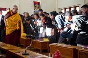 Его Святейшество Далай-лама в большом зале женского монастыря Шугсеп во время торжественной церемонии открытия. Дхарамсала, Индия, 7 декабря 2010 г. Фото/Тензин Чойджор/ОЕСДЛ