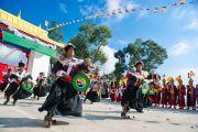 Тибетцы в традиционных костюмах танцем приветствуют Его Святейшество Далай-ламу по его прибытию в монастырь Тхарпа Чолинг в Калимпонге, Индия. 12 декабря 2010. Фото: Тензин Чойджор (Офис ЕСДЛ)