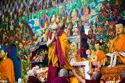Его Святейшество Далай-лама приветствует собравшихся на церемонии освящения нового молитвенного зала монастыря Тхарпа Чолинг в Калимпонге, Индия. 12 декабря 2010. Фото: Тензин Чойджор (Офис ЕСДЛ)