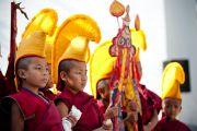 Маленькие монахи ждут прибытия Его Святейшества Далай-ламы в монастырь Тхарпа Чолинг в Калимпонге, Индия. 12 декабря 2010.Фото: Тензин Чойджор (Офис ЕСДЛ)