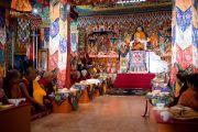 Его Святейшество Далай-лама на церемонии освящения нового молитвенного зала монастыря Тхарпа Чолинг в Калимпонге, Индия. 12 декабря 2010. Фото: Тензин Чойджор (Офис ЕСДЛ)