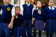 Школьники ждут прибытия Его Святейшества Далай-ламы в монастырь Тхарпа Чолинг в Калимпонге, Индия. 12 декабря 2010.Фото: Тензин Чойджор (Офис ЕСДЛ)