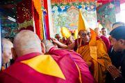 Его Святейшество Далай-лама входит в новый молитвенный зал монастыря Тхарпа Чолинг в Калимпонге, Индия. 12 декабря 2010.Фото: Тензин Чойджор (Офис ЕСДЛ)
