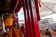 Его Святейшество Далай-лама благодарит присутствовавших по окончании учений в монастыре Тхарпа Чолинг в Калимпонге, Индия. 13 декабря 2010.Фото: Тензин Чойджор (Офис ЕСДЛ)