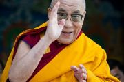 Его Святейшество Далай-лама приветствует собравшихся в монастыре Тхарпа Чолинг в Калимпонге, Индия. 13 декабря 2010.Фото: Тензин Чойджор (Офис ЕСДЛ)