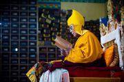 Его Святейшество Далай-лама во время молебна о долголетии в монастыре Тхарпа Чолинг в Калимпонге, Индия. 13 декабря 2010.Фото: Тензин Чойджор (Офис ЕСДЛ)