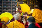 Традиционные подношения во время молебна о долголетии Его Святейшества Далай-ламы в монастыре Тхарпа Чолинг в Калимпонге, Индия. 13 декабря 2010.Фото: Тензин Чойджор (Офис ЕСДЛ)
