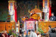Его Святейшество Далай-лама во время учений в монастыре Тхарпа Чолинг в Калимпонге, Индия. 13 декабря 2010.Фото: Тензин Чойджор (Офис ЕСДЛ)
