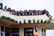 Школьники ждут прибытия Его Святейшества Далай-ламы в монастырь Тхарпа Чолинг в Калимпонге, Индия. 13 декабря 2010.Фото: Тензин Чойджор (Офис ЕСДЛ)
