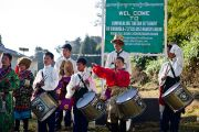 Тибетские школьники ожидают прибытия Его Святейшества Далай-ламы в тибетское поселение в Равангле, Сикким, Индия, 18 декабря 2010. Фото Тензин Чойджор (Офис ЕСДЛ)