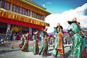 Жители тибетского поселения в Равангле исполнили традиционные народные танцы для Его Святейшества Далай-ламы, Сикким, Индия, 18 декабря 2010. Фото Тензин Чойджор (Офис ЕСДЛ)