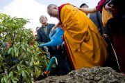 """Его Святейшество Далай-лама поливает посаженное им деревце в """"Будда парке"""" в Равангле, Сикким, Индия, 19 декабря 2010. Фото Тензин Чойджор (Офис ЕСДЛ)"""