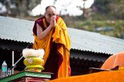 """Его Святейшество Далай-лама приветствует людей, собравшихся в """"Будда парке"""" в Равангле, Сикким, Индия, 19 декабря 2010. Фото Тензин Чойджор (Офис ЕСДЛ)"""