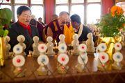 """Его Святейшество Далай-лама и главный министр штата Сикким зажигают масляные лампы в """"Будда парке"""" в Равангле, Сикким, Индия, 19 декабря 2010. Фото Тензин Чойджор (Офис ЕСДЛ)"""