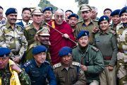 Перед отъездом в Гангток Его Святейшество Далай-лама сфотографировался с индийскими военнослужащими, Сикким, Индия, 19 декабря 2010. Фото Тензин Чойджор (Офис ЕСДЛ)