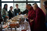 """Его Святейшество Далай-лама на обеде в """"Будда парке"""" в Равангле, Сикким, Индия, 19 декабря 2010. Фото Тензин Чойджор (Офис ЕСДЛ)"""