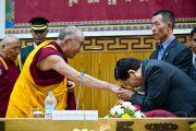 """Его Святейшество Далай-лама приветствует участников конференции """"Наука и духовность"""" в Институте тибетологии """"Намгьял"""" в Гангтоке, Сикким. 20 декабря 2010. Фото: Тензин Чойджор (Офис ЕСДЛ)"""