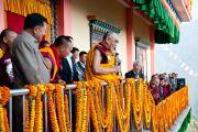 Его Святейшество Далай-лама выступает перед собравшимися в  монастыре Дропен Линг в Гангтоке, Сикким. 20 декабря 2010. Фото: Тензин Чойджор (Офис ЕСДЛ)