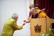 """Его Святейшество Далай-лама приветствует Алана Уоллеса, участника конференции """"Наука и духовность"""" в Институте тибетологии """"Намгьял"""" в Гангтоке, Сикким. 20 декабря 2010. Фото: Тензин Чойджор (Офис ЕСДЛ)"""