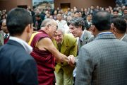 """Далай-лама приветствует Алана Уоллеса и Ричарда Дэвидсона, участников конференции """"Наука и духовность"""" в Институте тибетологии """"Намгьял"""" в Гангтоке, Сикким. 20 декабря 2010. Фото: Тензин Чойджор (Офис ЕСДЛ)"""