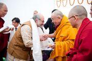 Его Святейшество Далай-лама приветствует участников конференции «Перевод Тенгьюра: следуя традициям 17 пандитов Наланды» в Сарнатхе, Индия. 11 января 2011. Фото: Тензин Чойджор (Офис ЕСДЛ)