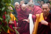 Его Святейшество Далай-лама прибыл на конференцию «Перевод Тенгьюра: следуя традициям 17 пандитов Наланды» в Сарнатхе, Индия. 11 января 2011. Фото: Тензин Чойджор (Офис ЕСДЛ)