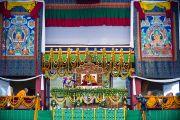 Его Святейшество Далай-лама дает учения по текстам Шантидевы в Сарнатхе, Индия, 13 января 2011. Фото: Тензин Чойджор (Офис ЕСДЛ)