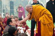 Его Святейшество Далай-лама приветствует паломников, прибывших на учения в Сарнатх, Индия, 13 января 2011. Фото: Тензин Чойджор (Офис ЕСДЛ)