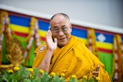 Его Святейшество Далай-лама приветствует собравшихся на учения в Сарнатхе, Индия, 15 января 2011. Фото: Тензин Чойджор (Офис ЕСДЛ)
