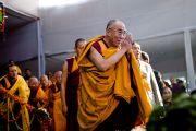 Его Святейшество Далай-лама благодарит собравшихся на учения в Сарнатхе, Индия, 15 января 2011. Фото: Тензин Чойджор (Офис ЕСДЛ)