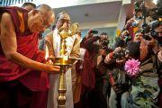 Его Святейшество Далай-лама  зажигает светильник перед началом празднования 220-летия со дня основания Санскритского университета Сампурананд, Варанаси, Индия. 17 января 2011. Фото: Тензин Чойджор (Офис ЕСДЛ)