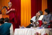 Его Святейшество Далай-лама выступает с речью в Санскритском университете Сампурананд, Варанаси, Индия. 17 января 2011. Фото: Тензин Чойджор (Офис ЕСДЛ)