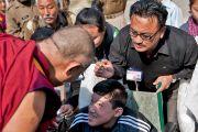 Его Святейшество Далай-лама приветствует молодого человека по прибытии в Санскритский университет Сампурнананд 17 января 2011. Фото: Тензин Чойджор (Офис ЕСДЛ)