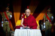 Его Святейшество Далай-лама улыбается присутствующим на церемонии празднования 220-летия со дня основания Санскритского университета Сампурананд, Варанаси, Индия. 17 января 2011. Фото: Тензин Чойджор (Офис ЕСДЛ)