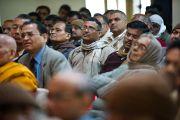 Гости и преподаватели Санскритского университета Сампурананд слушают выступление Его Святейшества Далай-ламы. Варанаси, Индия. 17 января 2011. Фото: Тензин Чойджор (Офис ЕСДЛ)