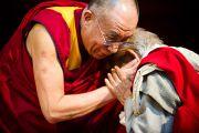 Его Святейшество Далай-лама приветствует преподавателя Санскритского университета Сампурананд, Варанаси, Индия. 17 января 2011. Фото: Тензин Чойджор (Офис ЕСДЛ)