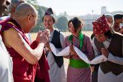 Непальские студенты Колледжа святого Иосифа в Бангалоре приветствуют Его Святейшество Далай-ламу. Индия, 30 января 2011. Фото: Тензин Чойджор (офис ЕСДЛ)