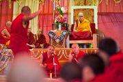 Его Святейшество Далай-лама слушает ответы участников философских диспутов в монастыре Рато в Мандгоде. Карнатака, Индия, 31 января 2011. Фото: Тензин Чойджор (офис ЕСДЛ)