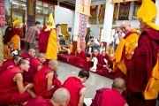 Его Святейшество Далай-лама входит в новый молитвенный зал в монастыре Рато в Мандгоде. Карнатака, Индия, 31 января 2011. Фото: Тензин Чойджор (офис ЕСДЛ)