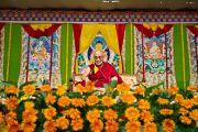 Его Святейшество Далай-лама во время публичной лекции в Национальном колледже Бангалора. Индия, 30 января 2011. Фото: Тензин Чойджор (офис ЕСДЛ)