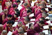 Монахи монастыря Дрепунг Лачи слушают учения Его Святейшества Далай-ламы. Индия, 1 февраля 2011. Фото: Тензин Чойджор (Офис ЕСДЛ)