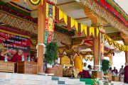 Его Святейшество Далай-лама обращается к тибетцам в монастыре Ганден Джанце в Мандгоде. Индия, 1 февраля 2011. Фото: Тензин Чойджор (Офис ЕСДЛ)