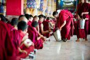 В перерыве во время философского диспута в монастыре Дрепунг Лоселинг, Мандгод, Индия. 3 февраля 2011. Фото: Тензин Чойджор (Офис ЕСДЛ)