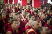 Монахи наблюдают за философским диспутом в присутствии Далай-ламы в монастыре Дрепунг Лоселинг, Мандгод, Индия. 3 февраля 2011. Фото: Тензин Чойджор (Офис ЕСДЛ)