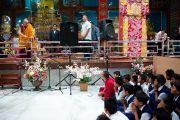 Его Святейшество Далай-лама беседует со школьниками в монастыре Дрепунг Гоманг, Мандгод, Индия. 3 февраля 2011. Фото: Тензин Чойджор (Офис ЕСДЛ)