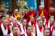 Его Святейшество Далай-лама фотографируется с монахами, успешно выступившими на философском диспуте в монастыре Дрепунг Гоманг, Мандгод, Индия. 3 февраля 2011. Фото: Тензин Чойджор (Офис ЕСДЛ)