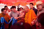 Родственники монахов из Монголии, обучающихся в монстарые Дрепунг, приветствуют Его Святейшество Далай-ламу. Мандгод, Индия. 3 февраля 2011. Фото: Тензин Чойджор (Офис ЕСДЛ)