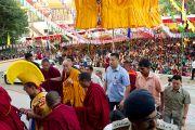 Его Святейшество Далай-лама входит в монастырь Ганден Шарцзе, Мандгод. Индия, 5 февраля 2011. Фото: Тензин Чойджор (офис ЕСДЛ)
