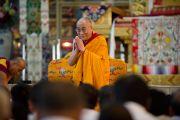 Его Святейшество Далай-лама приветствует буддистов из Индии в монастыре Ганден Джангце, Мандгод. Индия, 4 февраля 2011. Фото: Тензин Чойджор (офис ЕСДЛ)